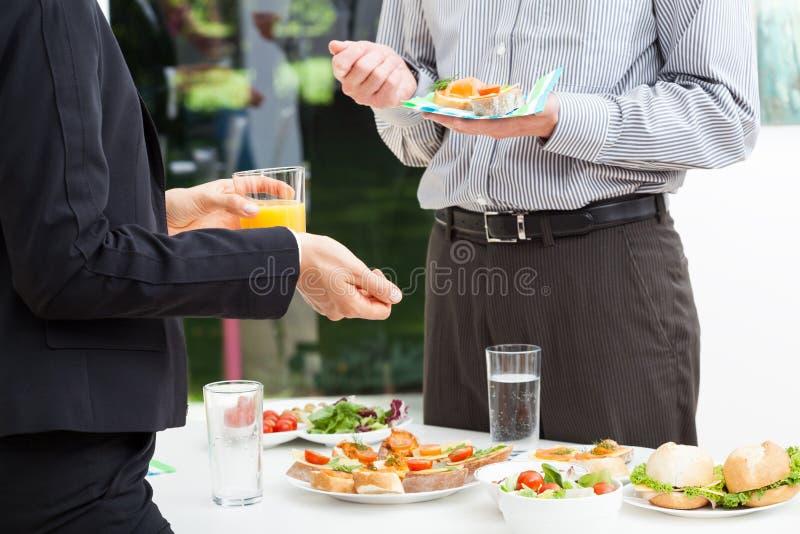 Biznes opowiada podczas lunchu zdjęcie royalty free