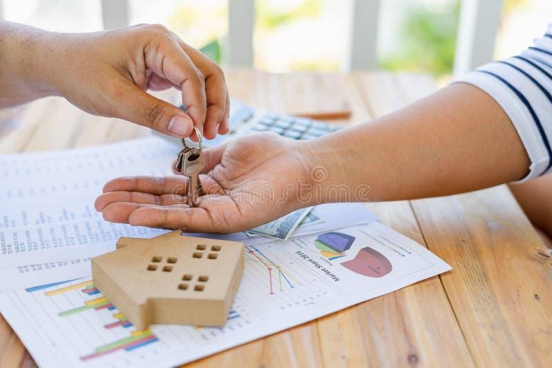 Biznes pożyczanie pieniądze kupować dom z pieniężnymi dokumentami i opodatkowywać inspekcje od konsultanta gdy sprawdzać obraz stock