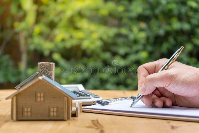 Biznes Podpisuje Kontraktacyjnego zakup - sprzedaje dom fotografia royalty free