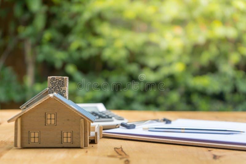 Biznes Podpisuje Kontraktacyjnego zakup - sprzedaje dom obraz royalty free