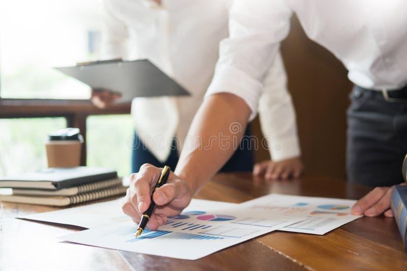 Biznes przedstawia koledzy przy spotkanie projekta pomysłami Conc obrazy royalty free