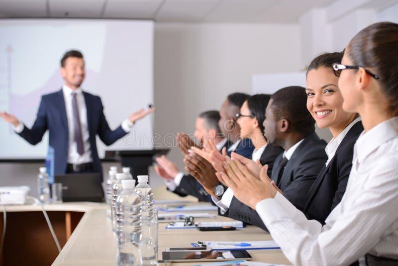 biznes przewodniczy konferencyjnego biurko odizolowywającego nad biel zdjęcie royalty free