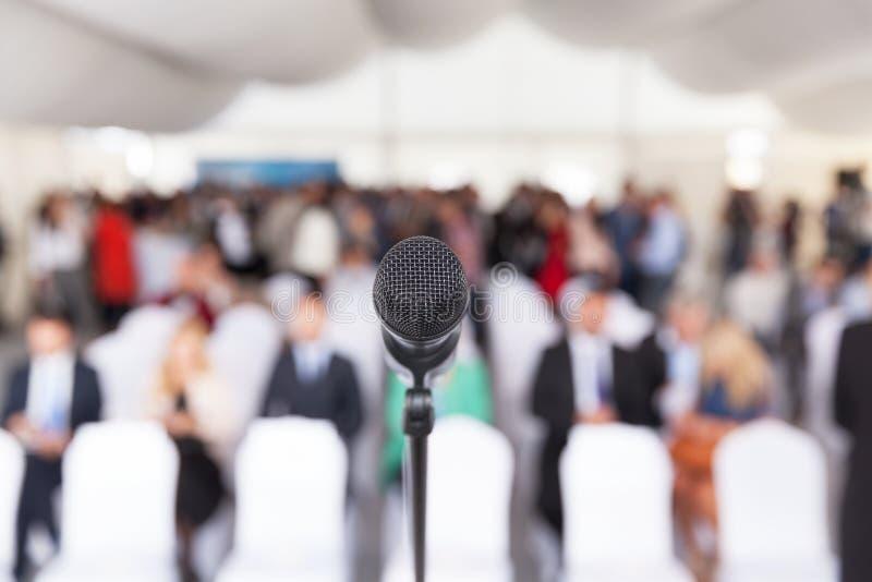 biznes przewodniczy konferencyjnego biurko odizolowywającego nad biel Korporacyjna prezentacja Mikrofon zdjęcia royalty free