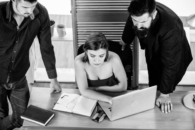 biznes przewodniczy konferencyjnego biurko odizolowywaj?cego nad biel Biznesowi profesjonali?ci trzyma wideokonferencj? na laptop zdjęcie royalty free