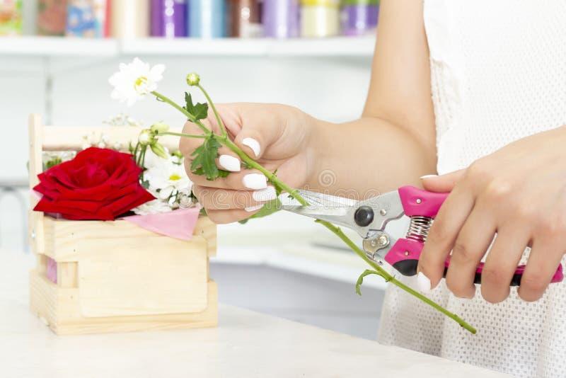 Biznes, sprzedaż i floristry pojęcie, - zamyka w górę kwiaciarni kobiety trzyma wiązkę przy kwiatu sklepem Miękcy cienie świezi k zdjęcia stock