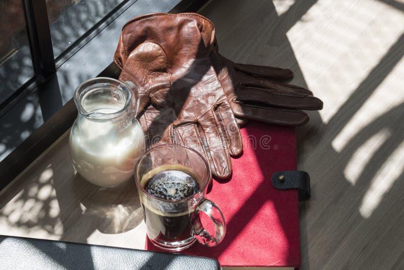 Biznes sukces książka, dojny dzbanek, brown rzemienne rękawiczki i czarna kawa, obraz royalty free