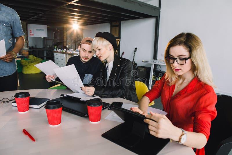 Biznes, technologia i ludzie poj??, - kreatywnie dru?yna z pastylka komputeru osobistego komputerami przy biurem zdjęcia royalty free