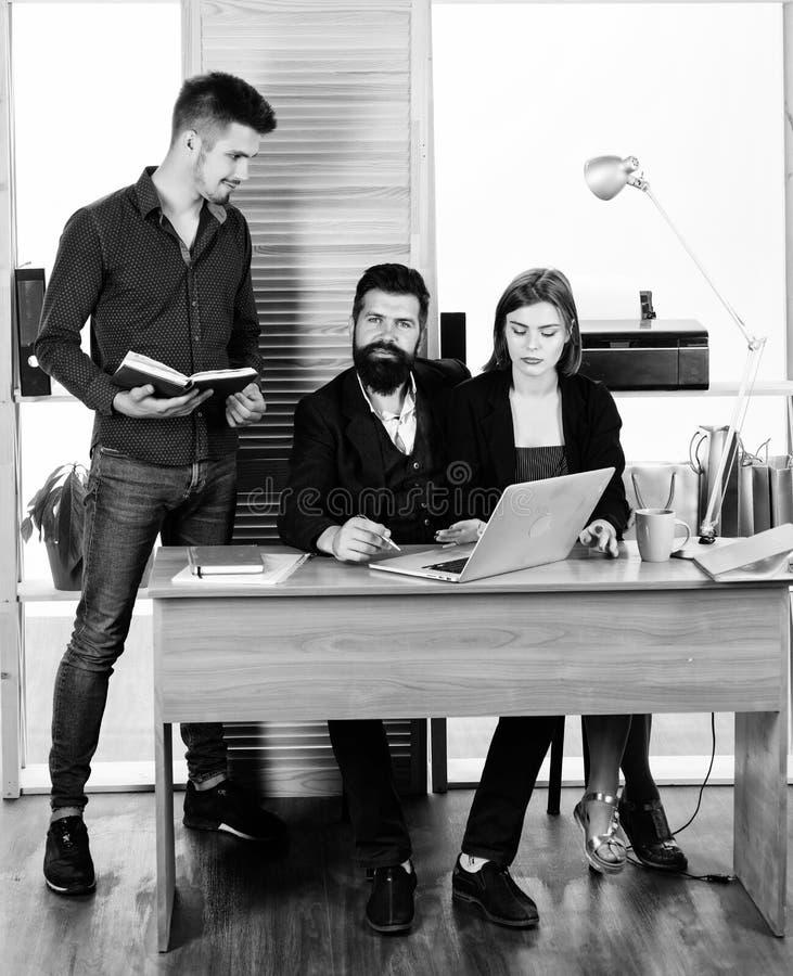 Biznes?w pierwszy kierownicy prowadzi nieformalnego biznesowego spotkania Grupa ludzie biznesu pracuje i komunikuje przy biurem fotografia royalty free
