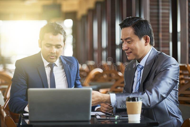 biznesmenów laptopu działanie zdjęcie stock