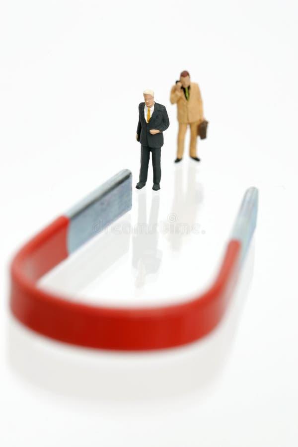 biznesmenów figurek magnes dwa zdjęcia stock
