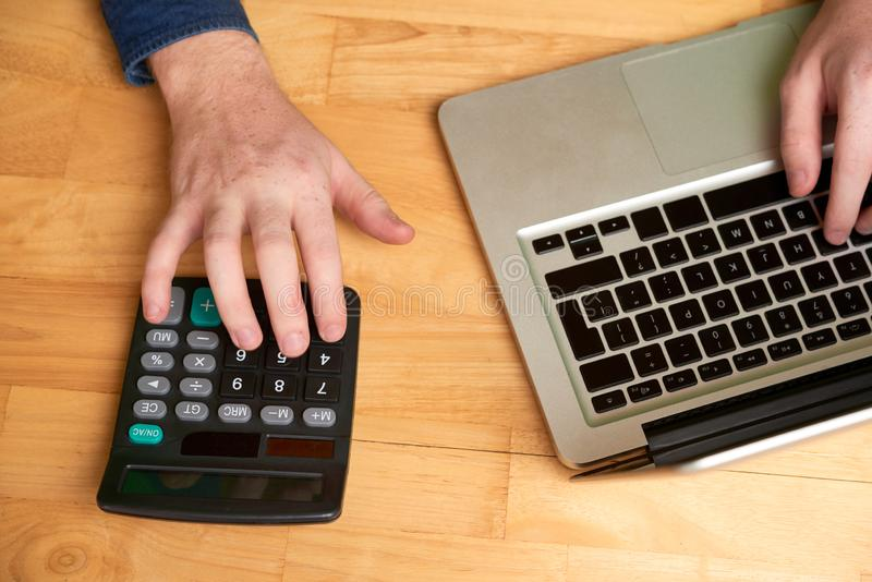 Biznesmenów kalkulatorscy expences obrazy royalty free