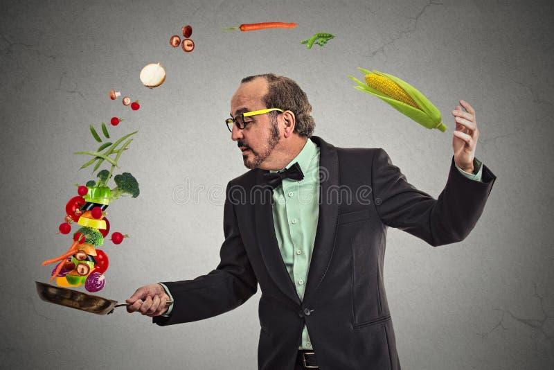 Biznesmenów kulinarni warzywa z niecką fotografia royalty free