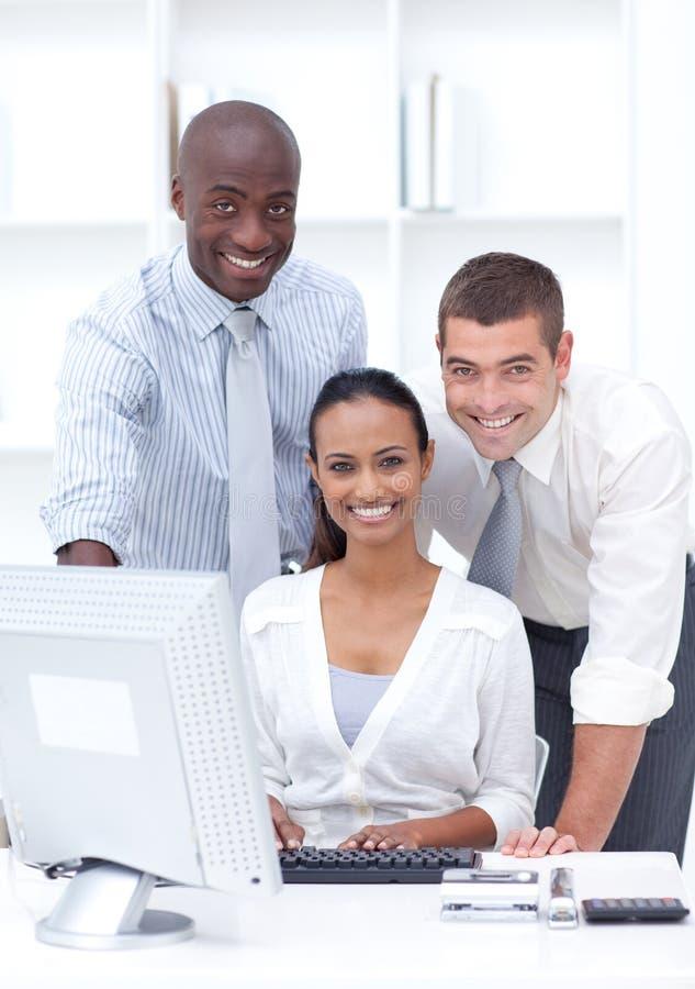 biznesmenów laptopu używać fotografia stock
