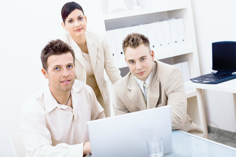 biznesmenów laptopu używać obrazy royalty free