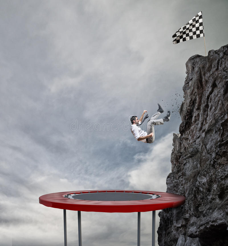 Biznesmenów pośpiechy zestrzelają od wierzchołka góra Osiągnięcie biznesowy cel i Trudny kariery pojęcie zdjęcie stock