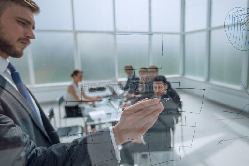 Biznesmenów przedstawień marketingowy plan przy spotkaniem z biznes drużyną zdjęcie stock