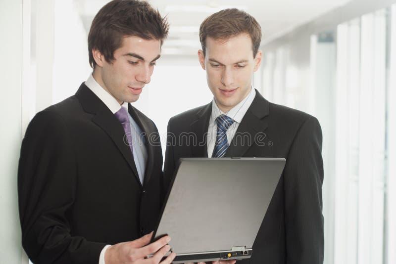 biznesmenów przystojny laptopu target845_0_ zdjęcia royalty free