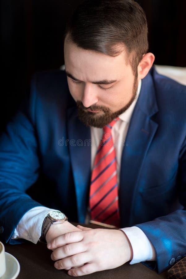 Biznesmenów spojrzenia przy zegarem obrazy royalty free