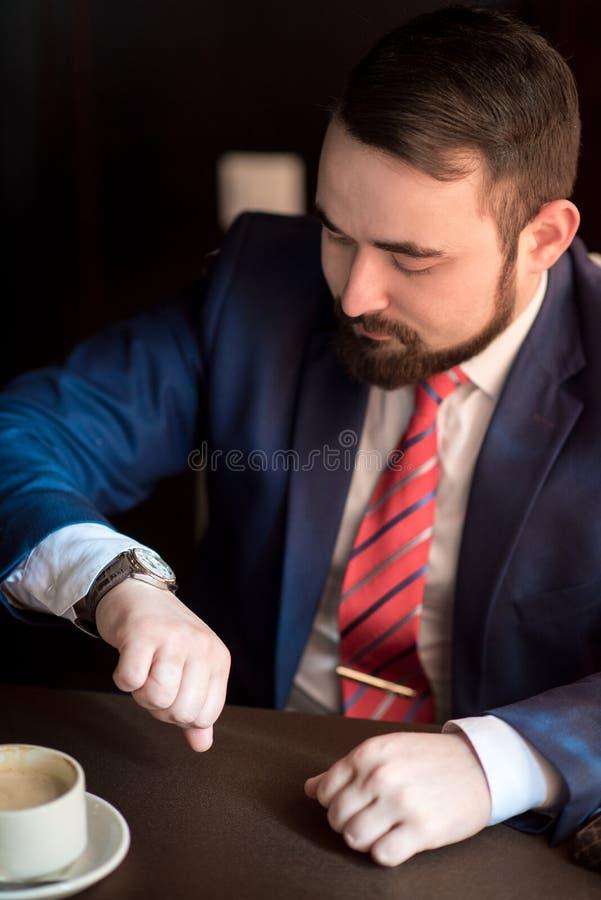 Biznesmenów spojrzenia przy zegarem obraz stock