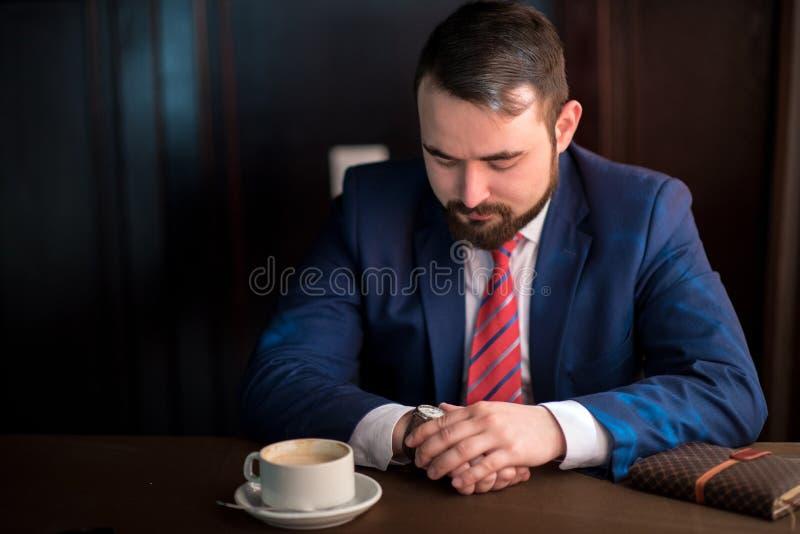 Biznesmenów spojrzenia przy zegarem fotografia royalty free