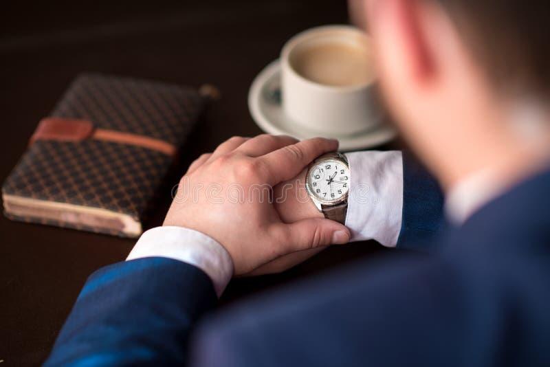 Biznesmenów spojrzenia przy zegarem zdjęcia royalty free