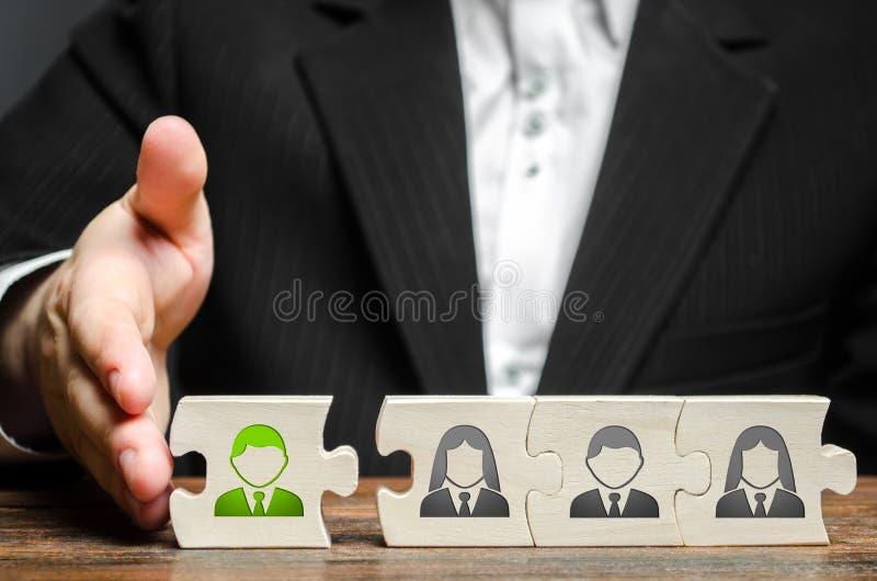Biznesmen łączy nowego pracownika drużyna jako swój lider Zatrudniać nowych pracowników dla projekta , praca zespołowa zdjęcie royalty free