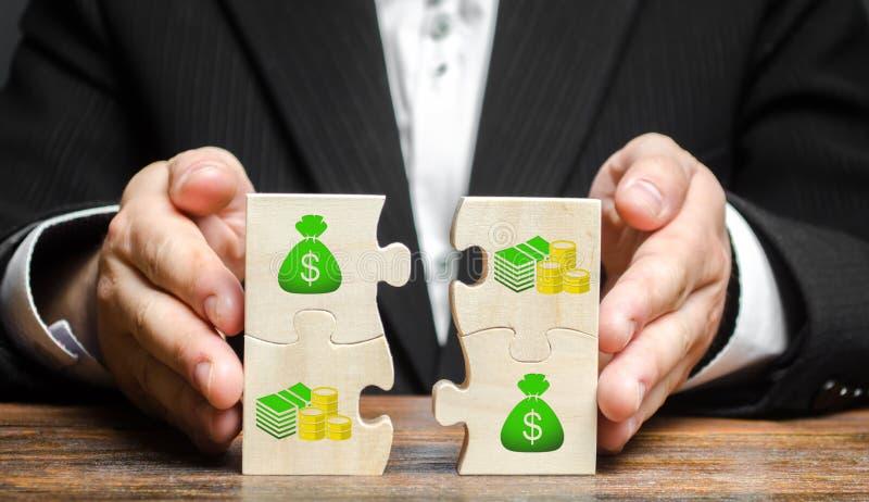 Biznesmen łączy pieniądze łamigłówki Gromadzić fundusze, przyciąga inwestycje dla urzeczywistnienia biznesowi projekty i rozpoczę zdjęcia stock