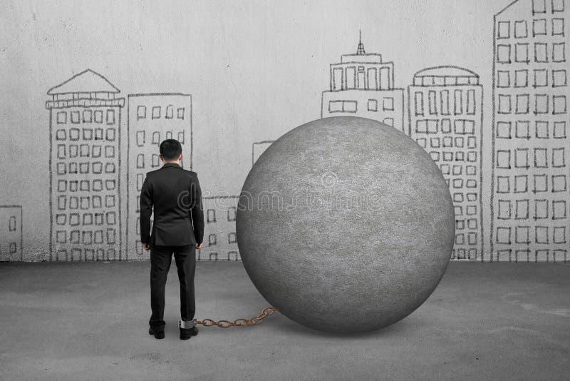 Biznesmen łapać w pułapkę z betonową piłką obraz royalty free