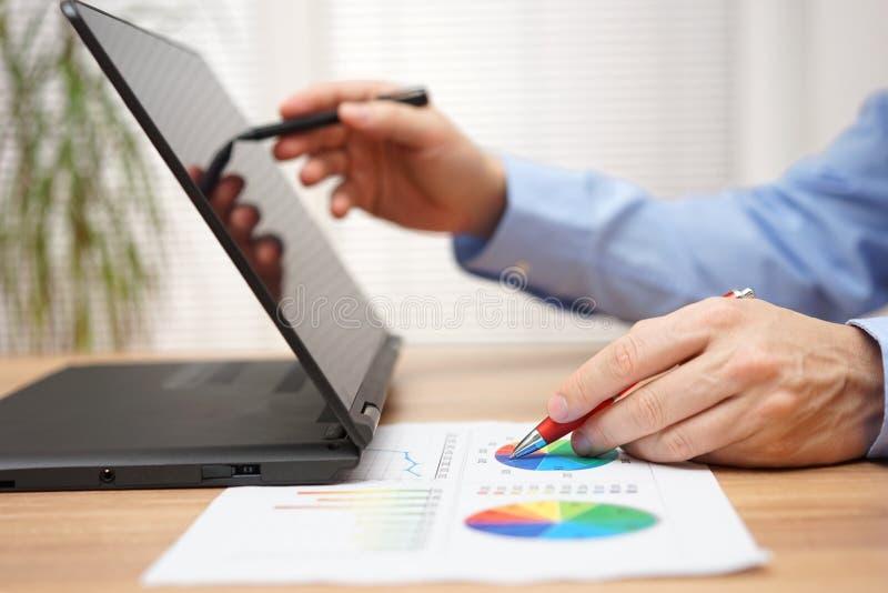 Biznesmen analizuje biznesowych dane na dokumencie i działaniu fotografia royalty free