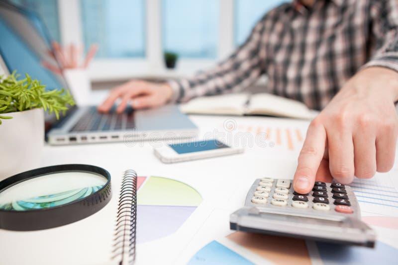 Biznesmen analizuje biznesowych wykresy z powi?ksza? - szk?o obrazy royalty free