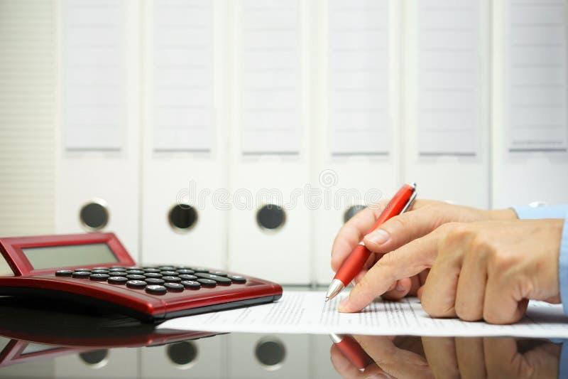 Biznesmen analizuje ceny na kontraktacyjnej propozyci obrazy royalty free