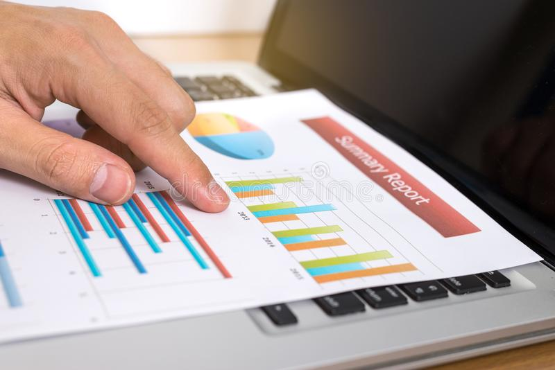 Biznesmen analizuje inwestycj mapy z laptopem Finansowy Mar zdjęcie stock