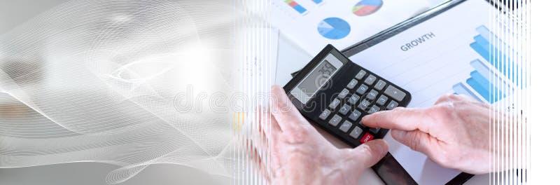 Biznesmen analizuje wynik finansowy; panoramiczny sztandar fotografia stock