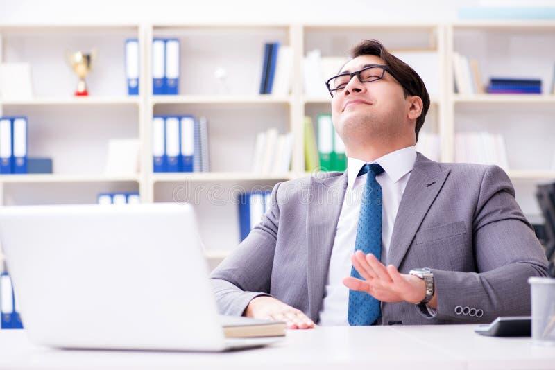 Biznesmen bawić się bębeny w biurze zdjęcia stock