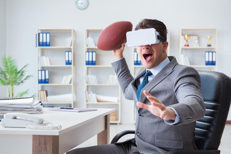 Biznesmen bawić się rzeczywistość wirtualna futbol w biurze z VR g zdjęcia royalty free