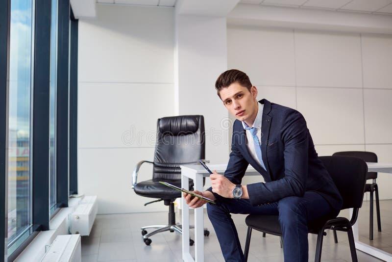 Biznesmen brunetki dokumenty wewnątrz wręczają nowożytnego biuro na bac fotografia royalty free