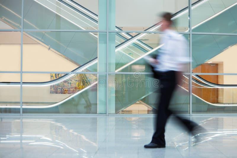 Biznesmen Chodzi Szybko zestrzela Hall w budynku biurowym obraz royalty free