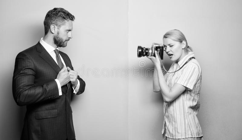 Biznesmen cieszy si? gwiazdowego moment Paparazzi poj?cie Photosession dla biznesowego magazynu Przystojny biznesmen pozuje kamer zdjęcie stock
