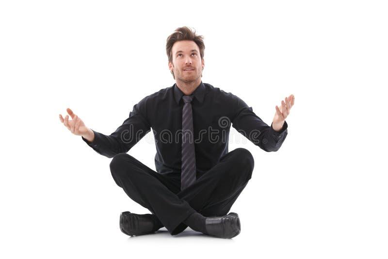 Biznesmen czeka na dobre szczęście w krawieckim siedzeniu zdjęcie stock