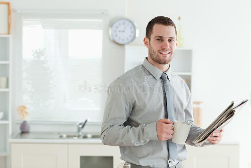 Biznesmen czyta wiadomość podczas gdy mieć śniadanie zdjęcie royalty free