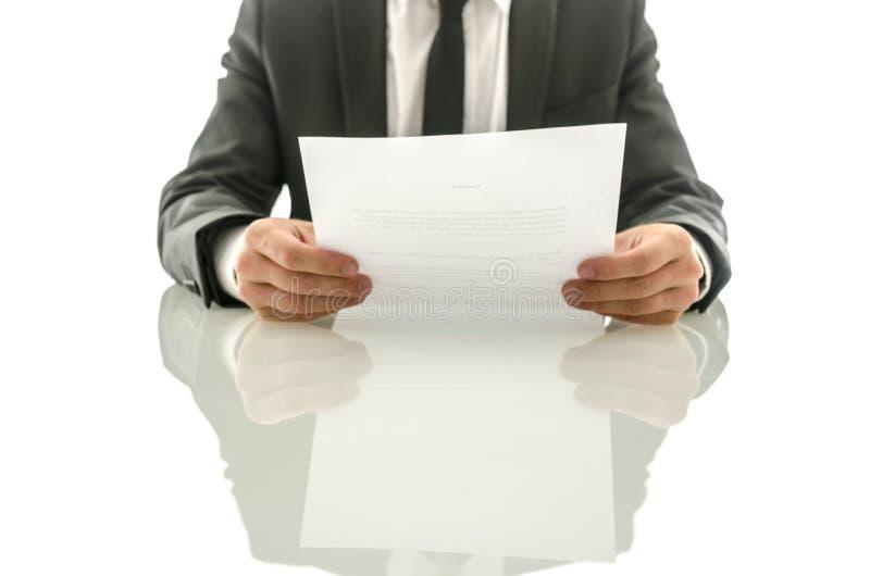 Biznesmen czyta znacząco dokument zdjęcie stock