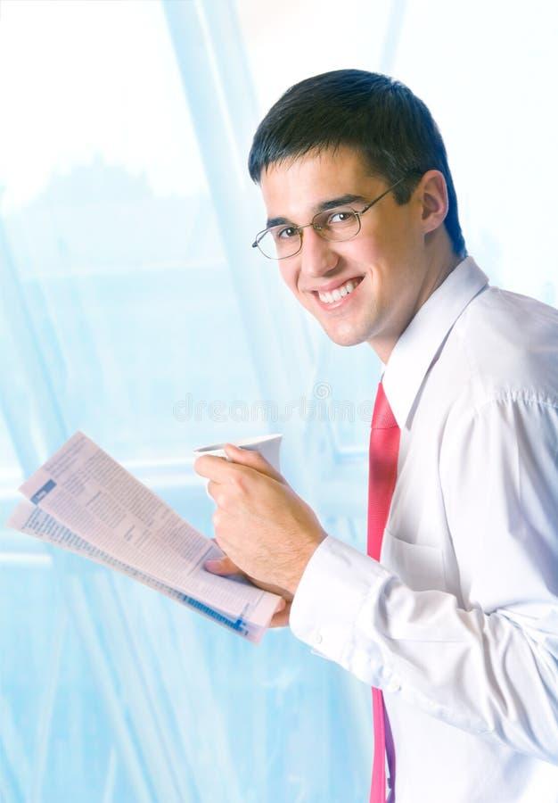 biznesmen czytanie gazet obraz stock