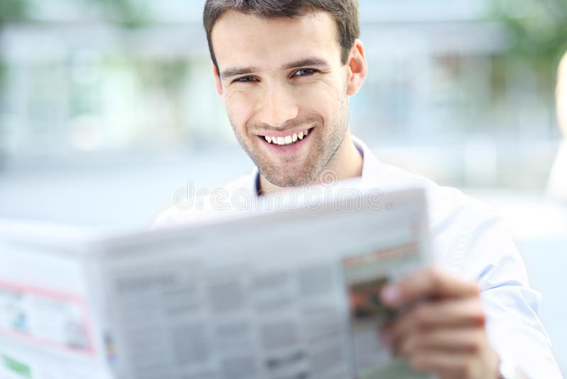 Biznesmen czytelnicza gazeta obrazy stock