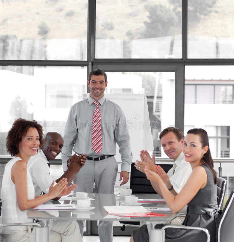 biznesmen daje prezentaci obrazy stock