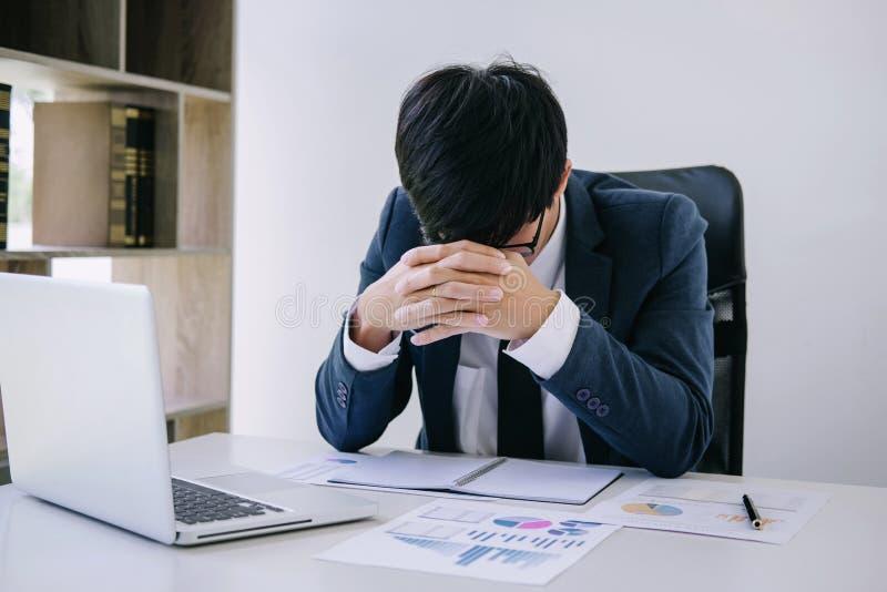 Biznesmen deprymujący i wyczerpujący, biznesmen przy jego biurkiem udaremnia z problemami z stosem praca i utrzymywać przygląda s zdjęcia stock