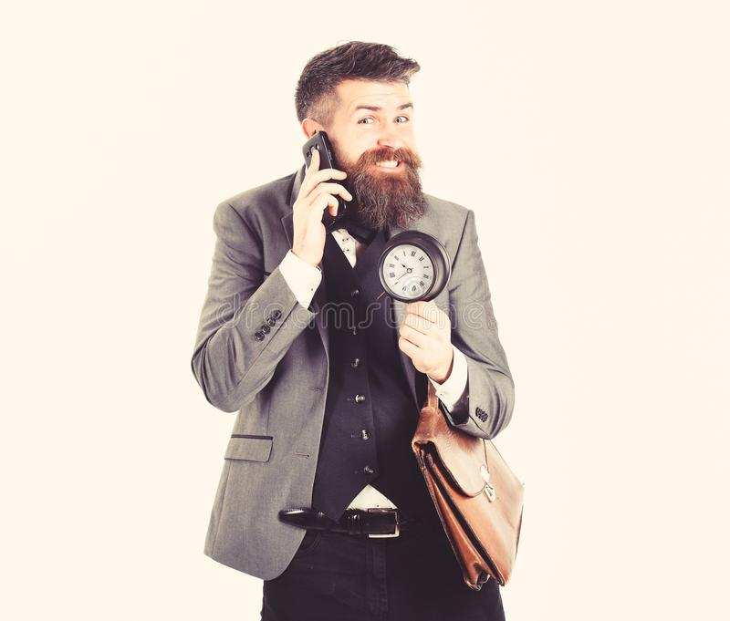 Biznesmen dobre wieści Brodaci mężczyzna uśmiechy, rozmowy telefonem i Dorośleć mężczyzna z długą brodą i rozochoconą twarzą pozy obraz stock