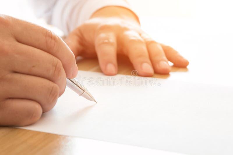 biznesmen dokumentuje podpisywanie zdjęcia royalty free
