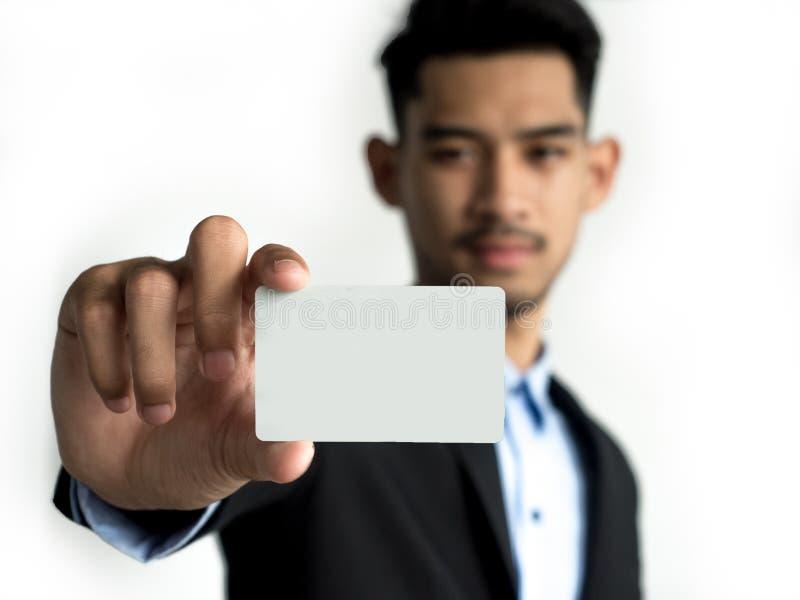 Biznesmen dosięga za kamerze na, pokazuje kartę kredytową i odwiedza kartę, zamyka w górę fotografia stock