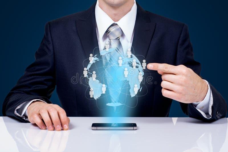 Biznesmen dotyka globalną sieć i dane wymiany nad światem obraz stock