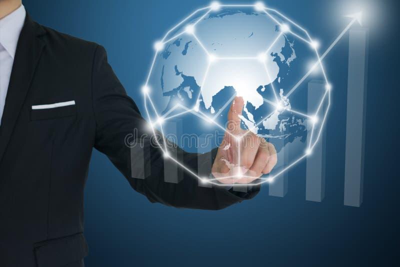 Biznesmen dotyka globalną sieć i Pieniężne mapy pokazuje narastającego dochód komunikacyjni i ogólnospołeczni medialni pojęcia zdjęcie royalty free